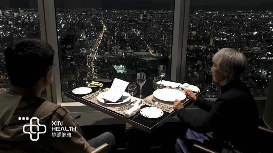 挚馨健康日本高级体检用户陈先生和母亲在顶楼餐厅用餐