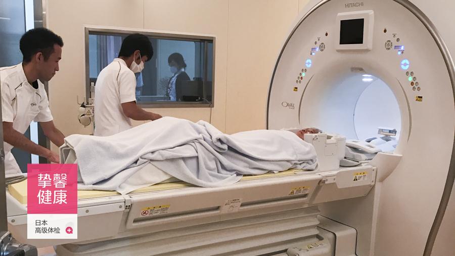 日本高级体检用户在医生陪同下做核磁共振检查