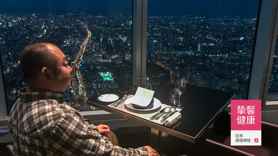 日本高级体检 用户在全日本顶楼餐厅用晚餐