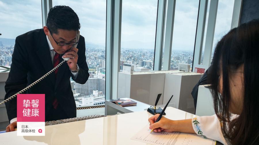 挚馨健康 XIN HEALTH 日本高级体检用户在酒店前台办理入住