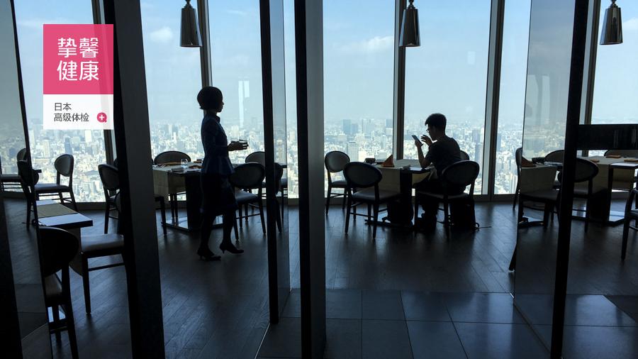 日本高级体检大楼顶楼的景观餐厅