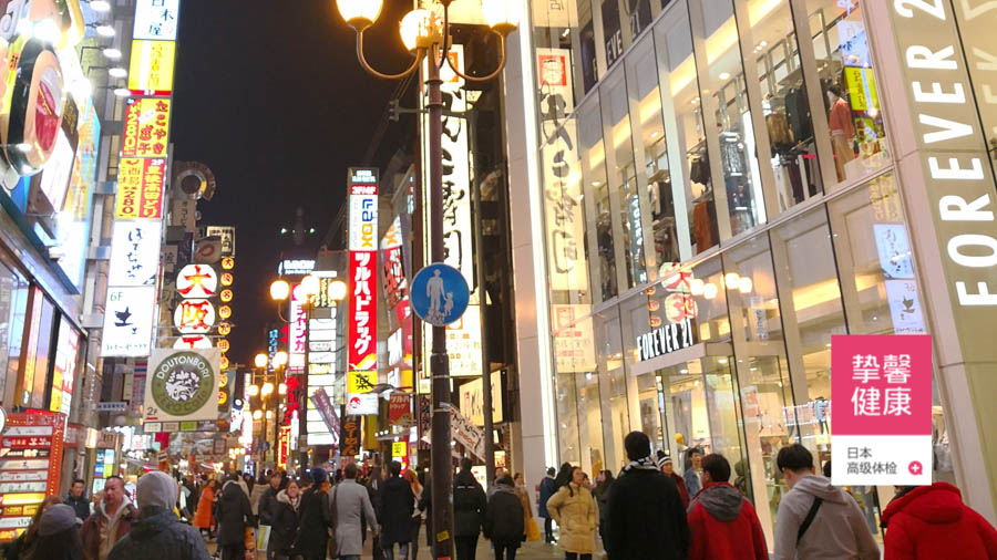 日本大阪地区繁华的街景