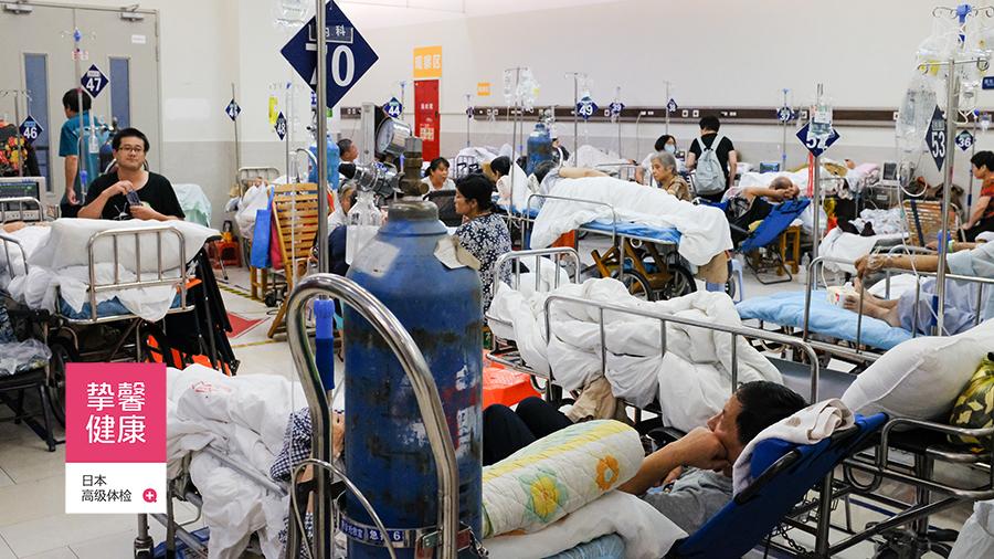 国内医院内部环境嘈杂,人员拥堵不堪