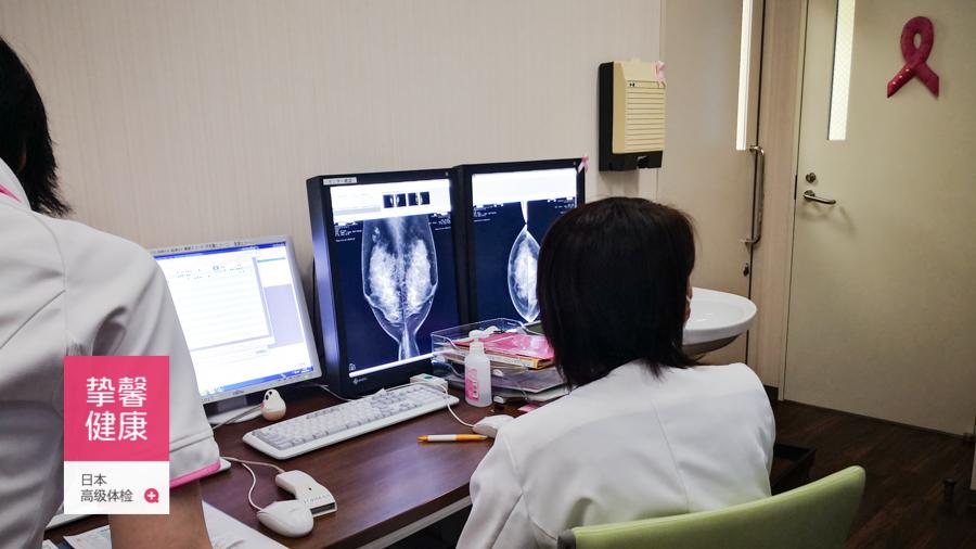 日本高级体检医生正在观看用户检查影像