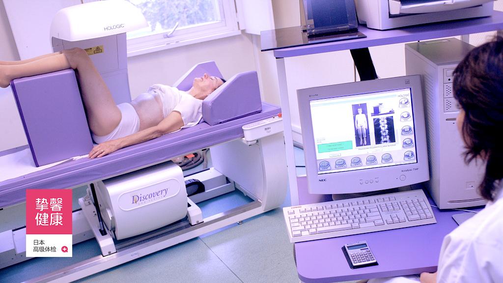 患者在进行骨密度检测