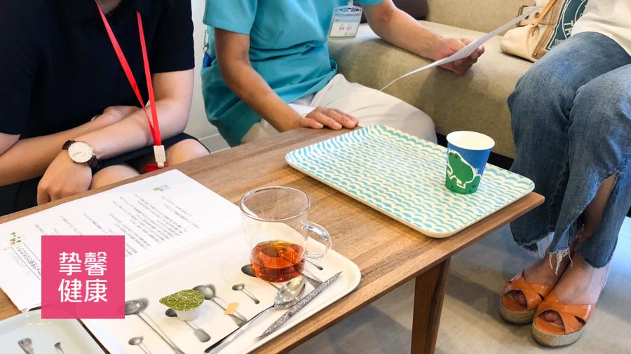 日本医院的医护人员与用户细心地交流