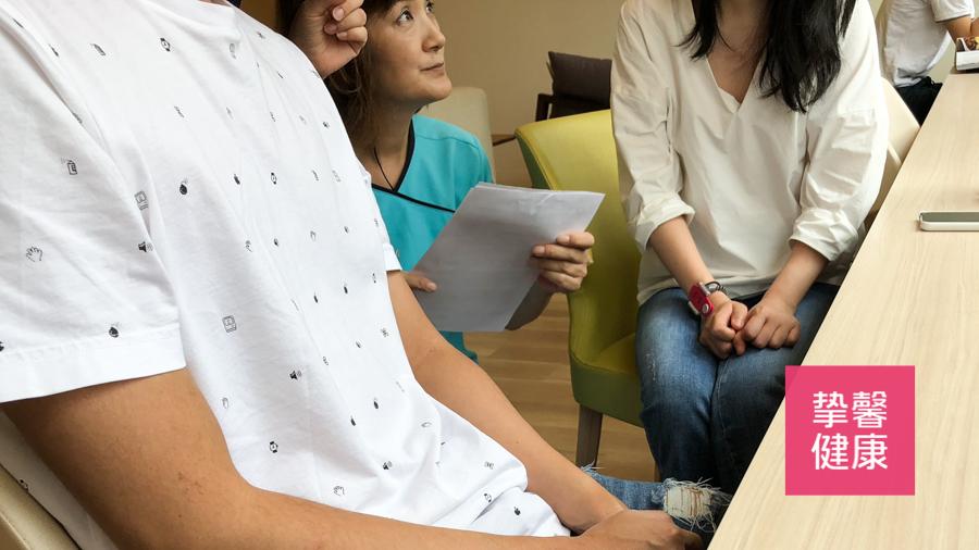 日本高端医疗体检中护士蹲下向用户解答体检内容