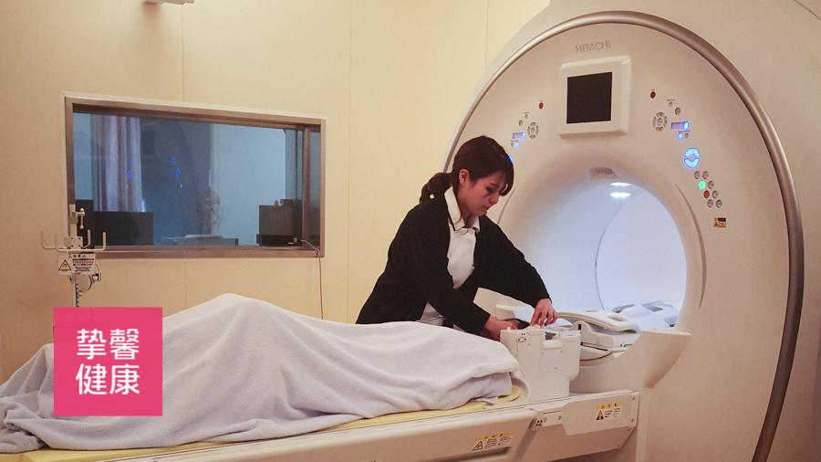 日本的医护人员在体检过程中贴心的服务