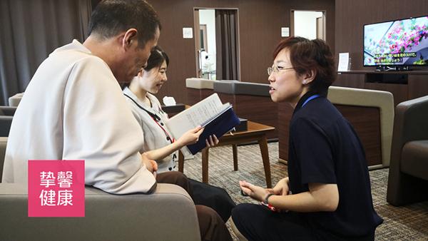 日本高级体检医护人员正在为患者讲解体检说明