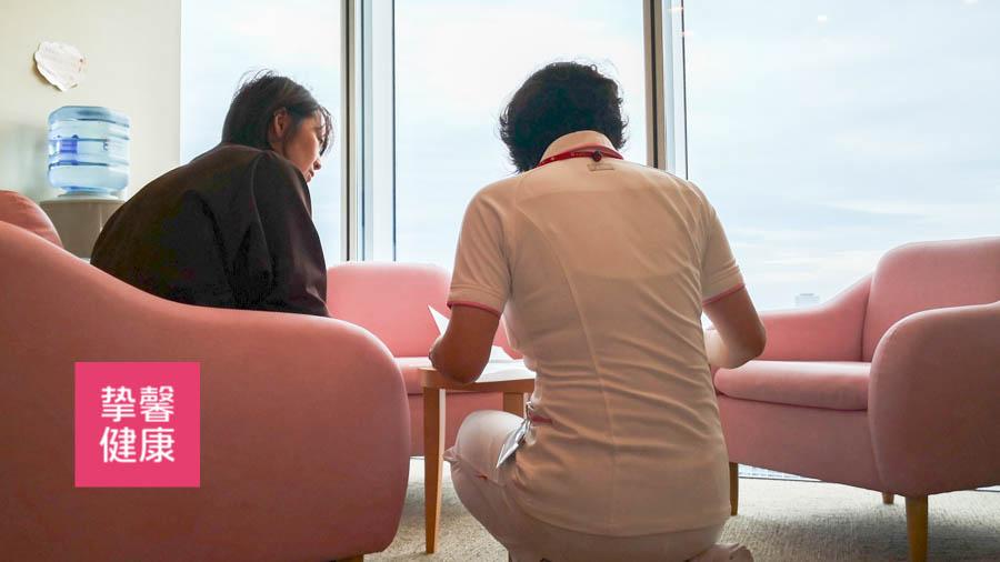 护士在为日本体检用户说明注意事项