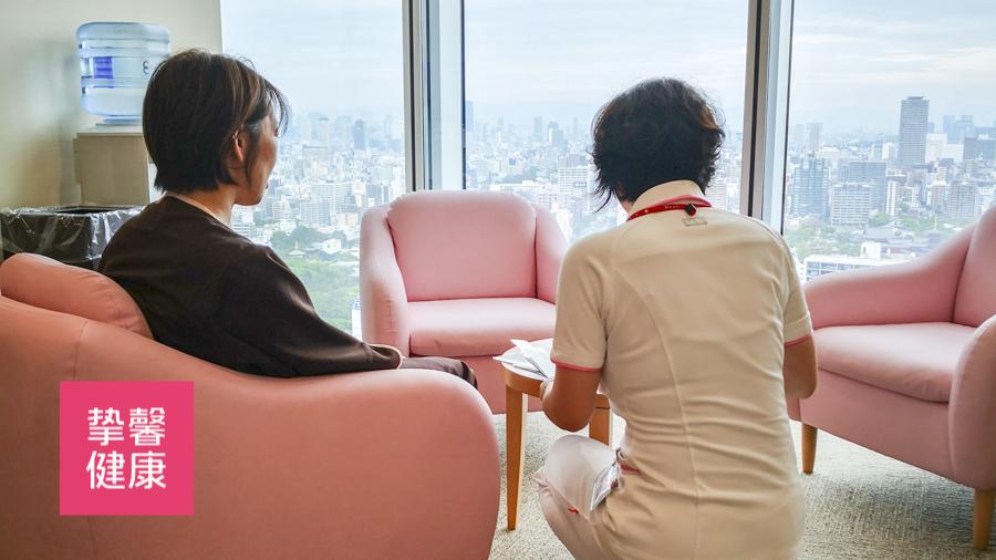日本体检高级套餐中护士进行说明