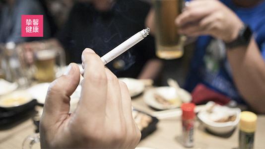 居酒屋里吸烟的日本上班族