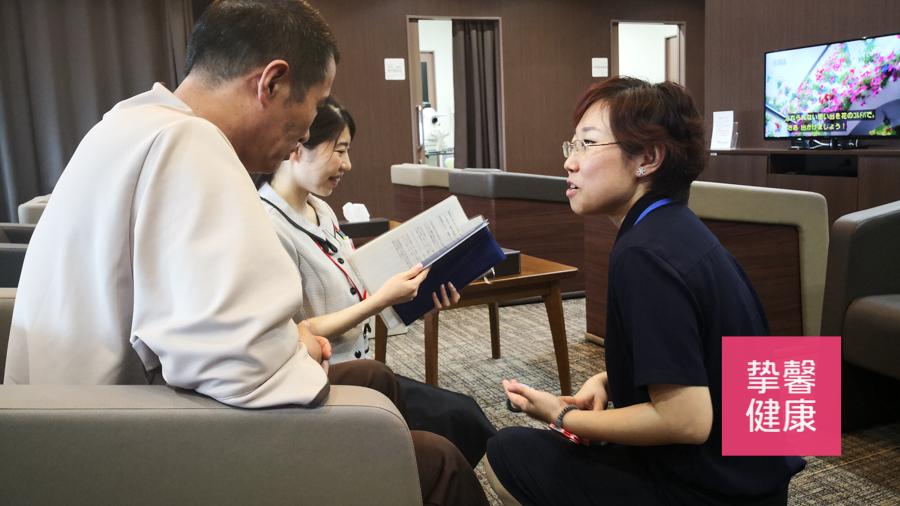 日本体检工作人员正在和用户沟通