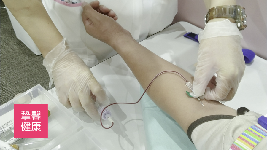 日本医务人员正在为客户进行抽血检查