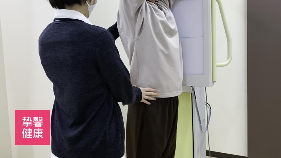 日本高级体检的护士帮助用户完成体检项目