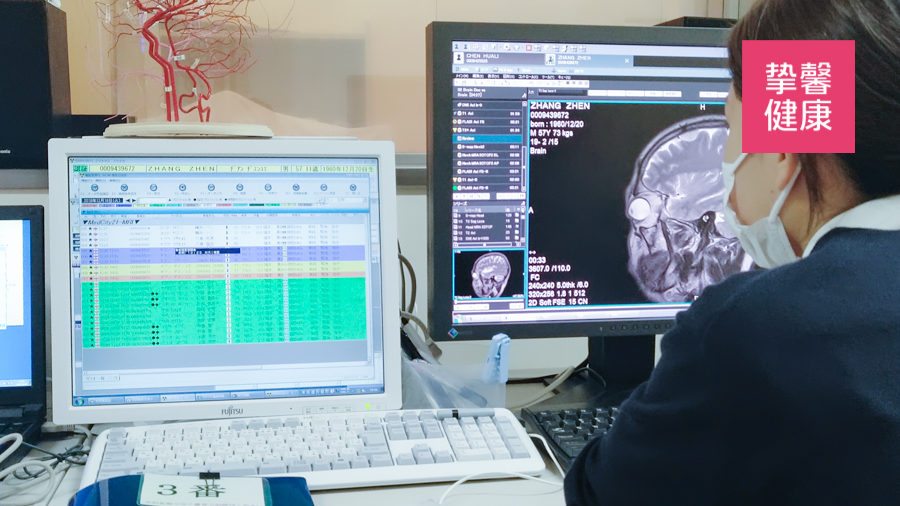 日本高级体检 医生正在观察用户体检数据