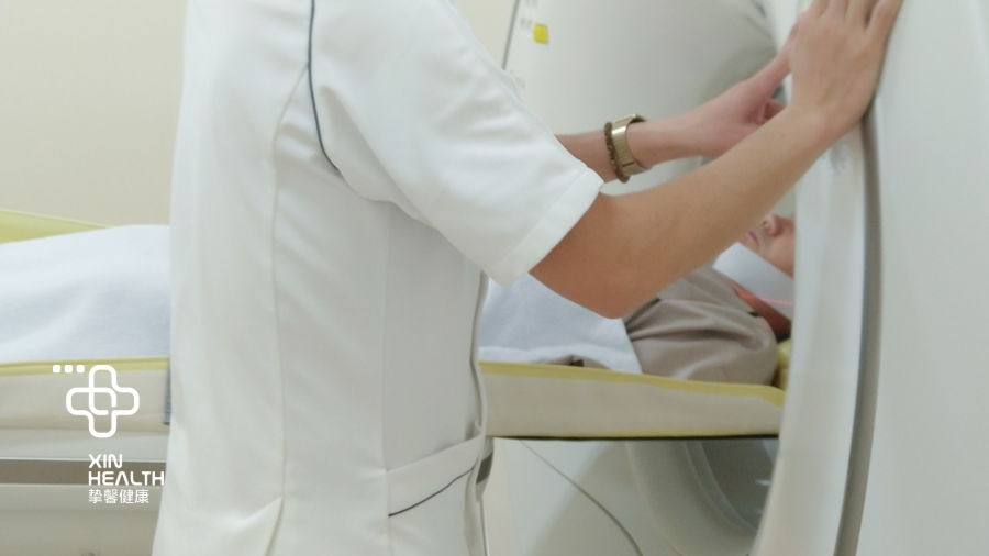 日本高级体检 严谨的医务人员正在调控体检仪器