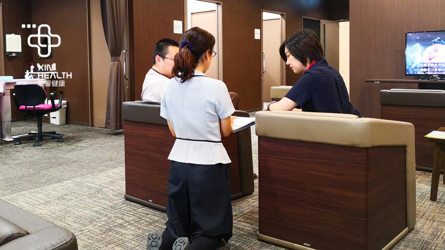 日本高级体检医护人员采用跪着的方式与用户进行交流
