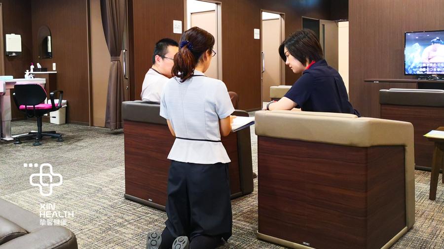 日本高级体检医护人员跪地式服务