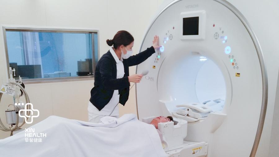 用户正在进行核磁共振检查