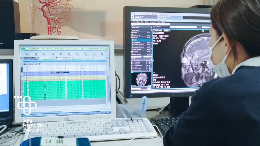 日本高级体检 医生正在观看体检影像