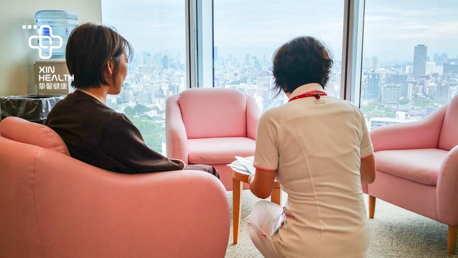 日本高级体检 护士在和用户沟通