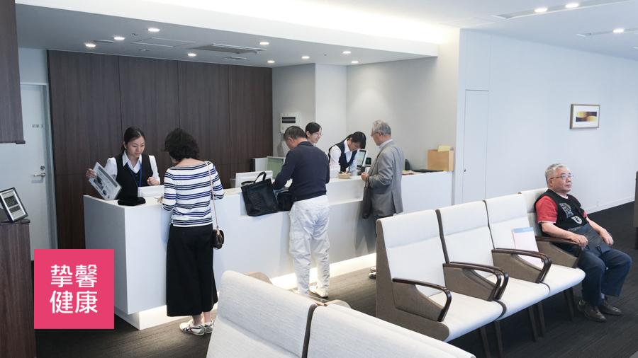 日本医院内居民正在接受指导