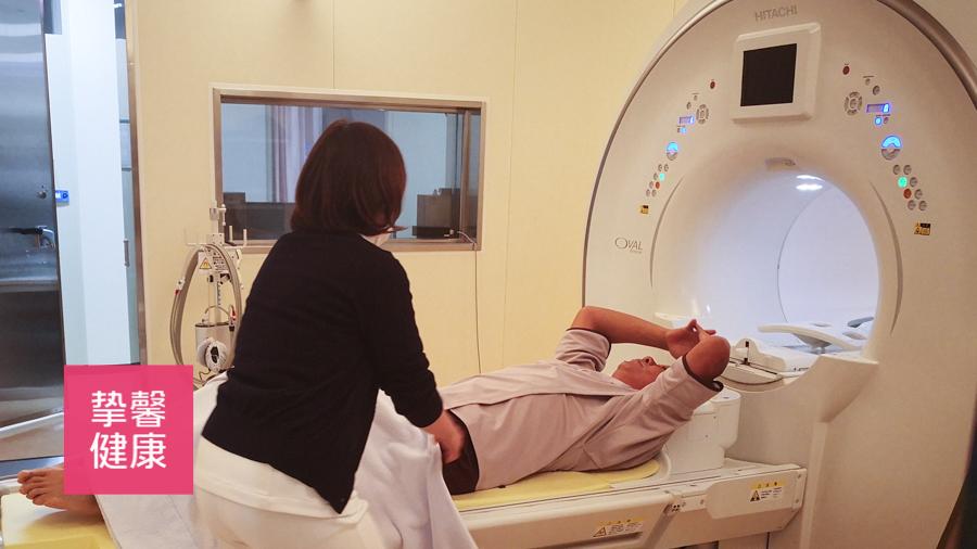 日本高级体检 护士正在为用户做检查