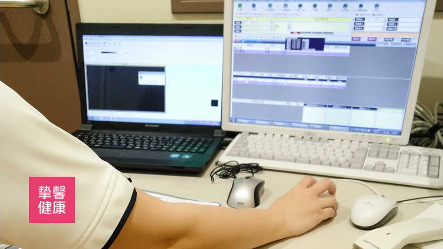 日本高级体检 医生耐心解释患者体检数据