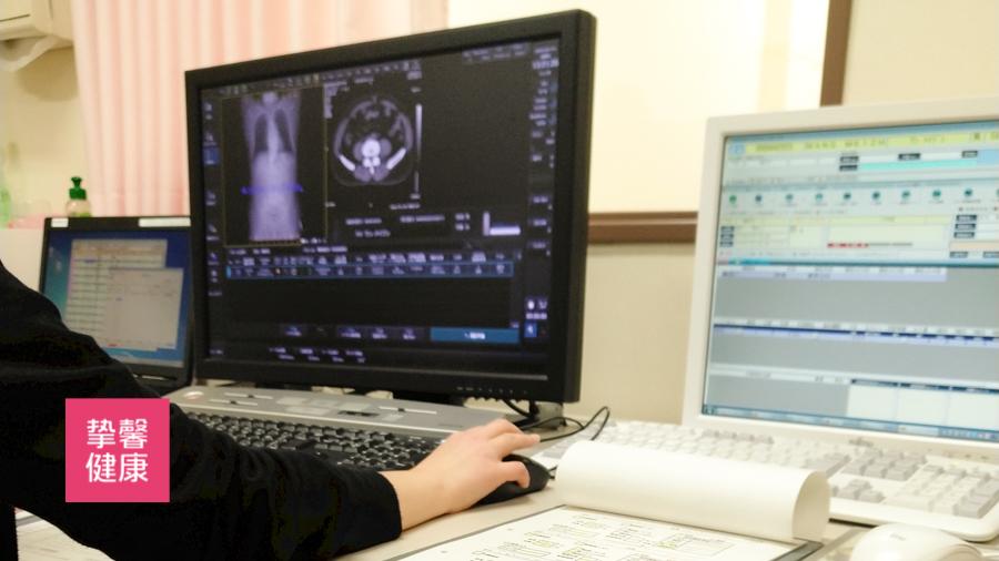 日本高级体检 医生正在为患者解读检查影像资料