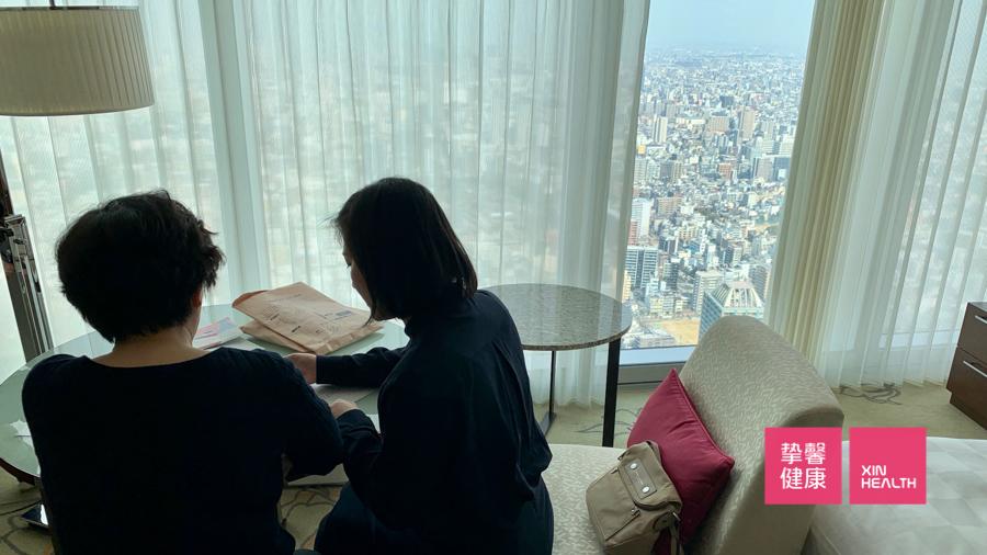 日本高级体检 翻译人员在与用户交流