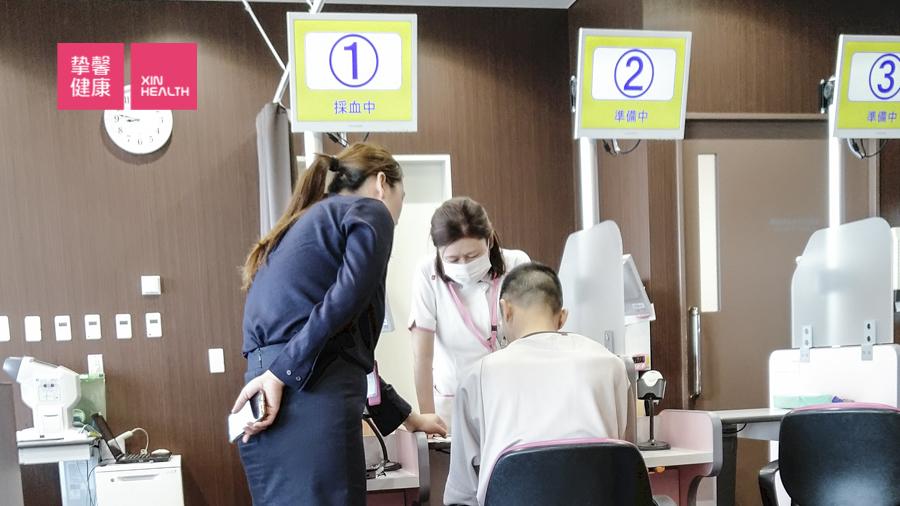 体检客户在服务人员陪同下抽血