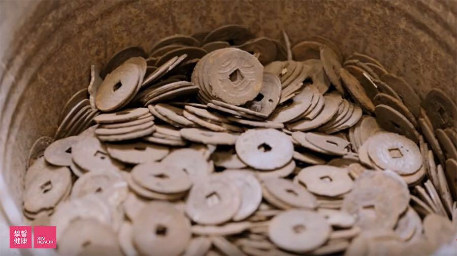 御釜屋手工砂铁壶的原材料:所剩不多的废弃古钱币