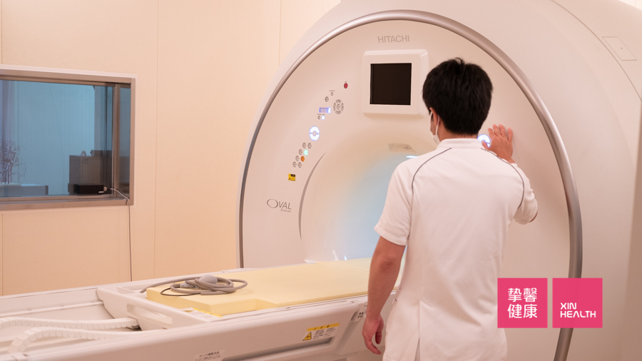 日本高级体检的医护人员正在准备检查仪器