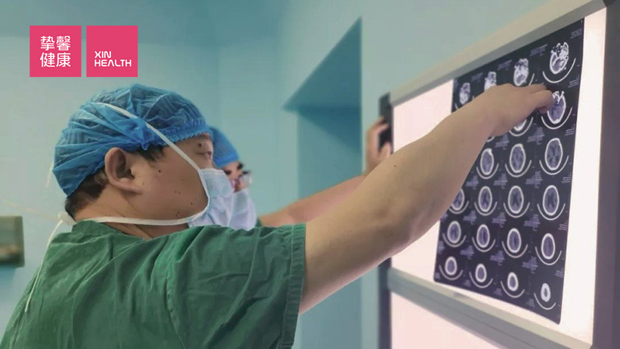 医生正在查看打印出来的医学影像图片