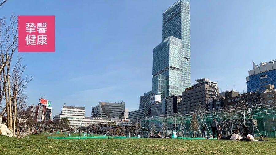 从天王寺公园眺望海阔天空大厦