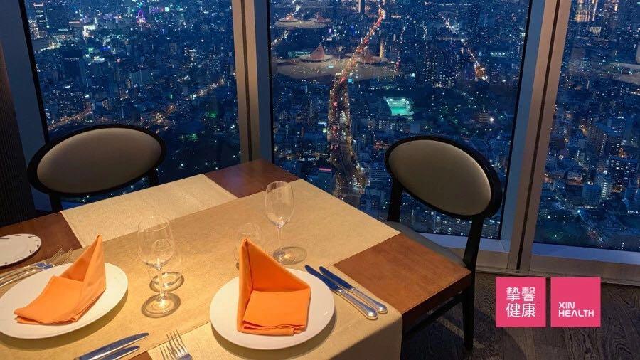 于万豪都酒店57层绝景餐厅享用晚餐
