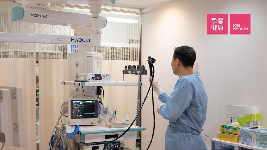 西山消化器内科工作人员正在准备肠镜检查仪器