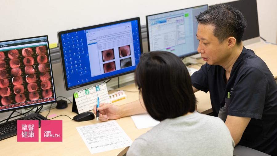 体检结束后医生在给用户认真讲解健康信息