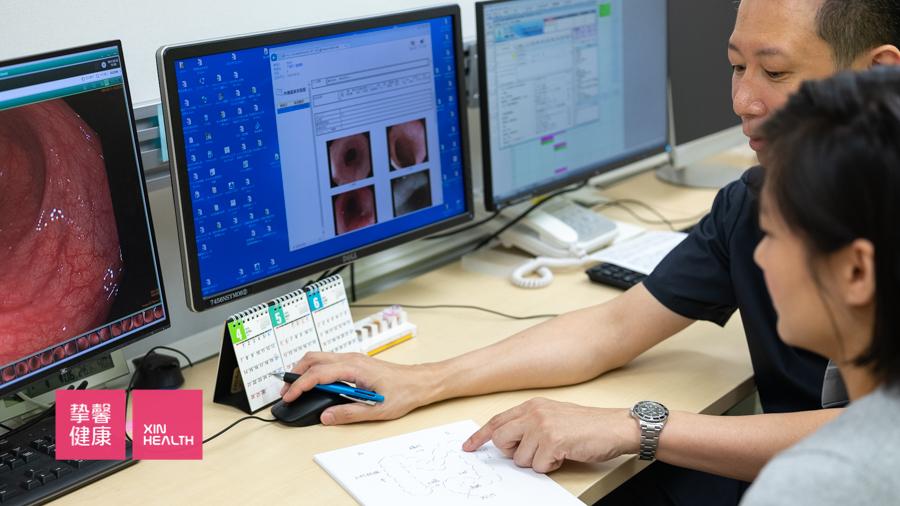 日本高级体检 肠镜医生正在和体检用户讲解相关知识
