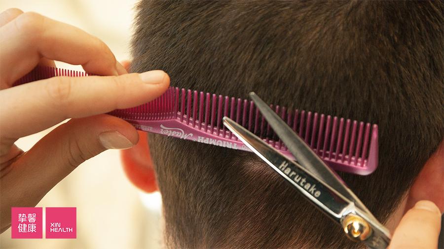 频繁修剪发梢并不能加快头发的生长