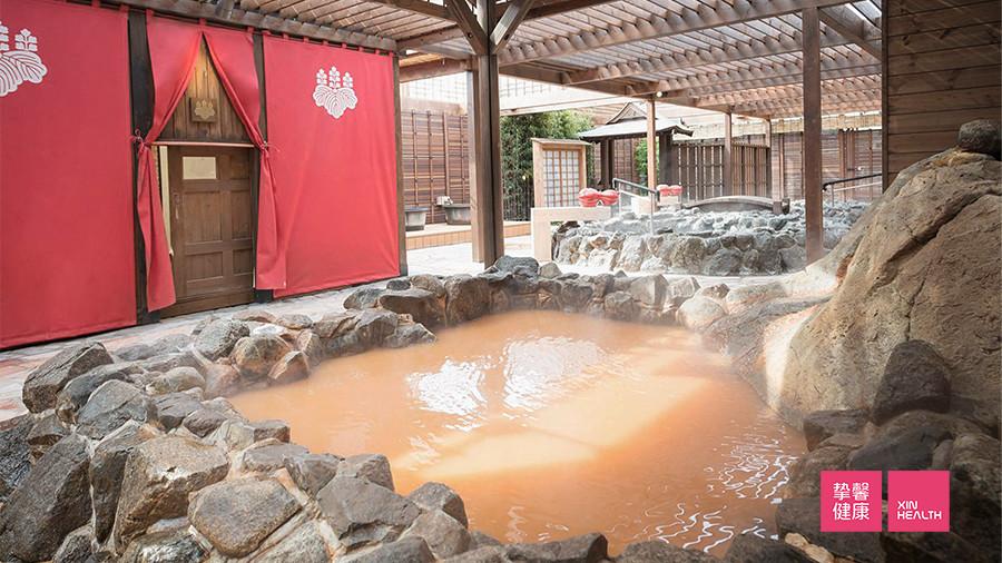 有马温泉含铁质,呈黄色,称为金之汤