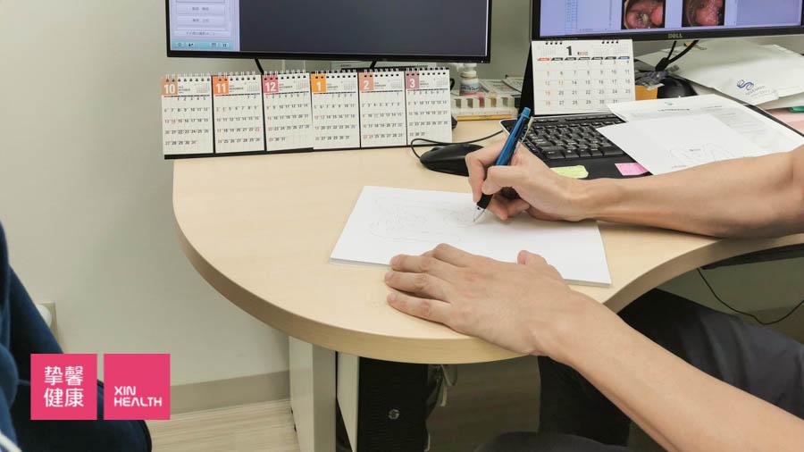 日本高级体检 肠镜检查医生正在为体检用户讲解