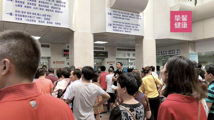 上海三甲医院的挂号处一年四季都排着长队