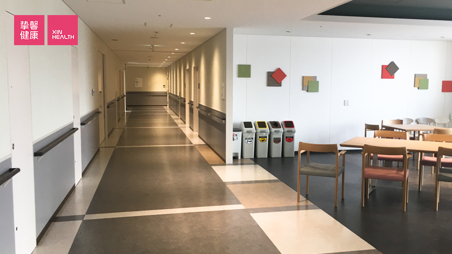 同事就诊的医院的病房,安静而空旷