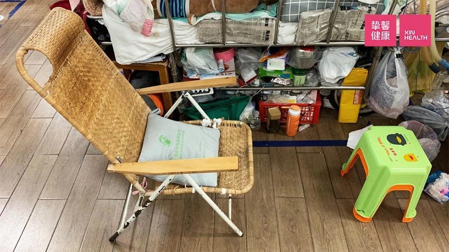 住在急诊间走廊16个月,病床周围堆满了生活用品