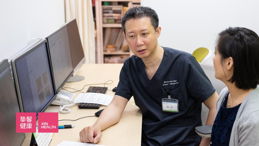 日本肠镜检查结束后 医生为用户讲解检查过程
